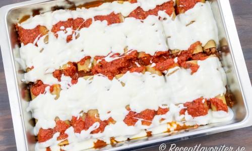 Efter tomatsåsen toppas pastarören med vit sås - Bechamelsås och tillagas i ugnen.