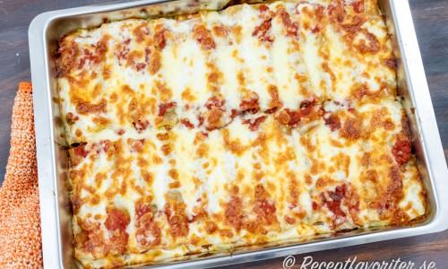 Sista minuterna toppas pastarören med mozzarellaost och gratineras till fin färg.