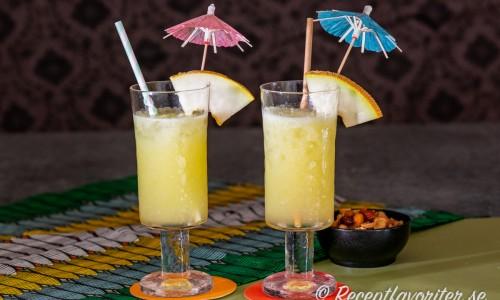 Cantaloupe Cup är en läskande longdrink med mixad melon, rom, lime, apelsin och is.