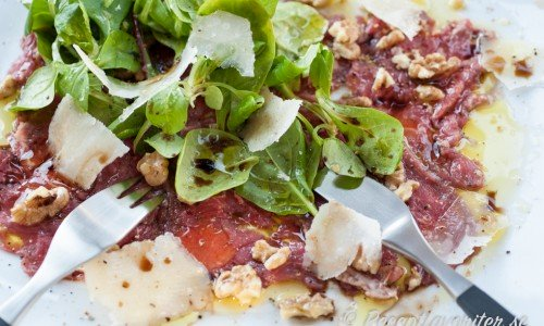 Carpaccio med oxfilé, parmesan, pinje- eller valnötter och grönsallad