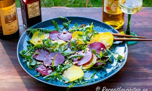 Carpaccio med röda- och gula betor serverad med vitt vin pinot gris från Alsace.