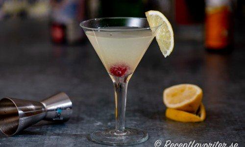 Casino cocktail med cocktail-körsbär och citronskiva.
