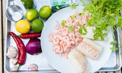 Ingredienser till cevichen: vitlök, citron, lime, röd chili, räkor, torsk, fryst koriander och färsk koriander.