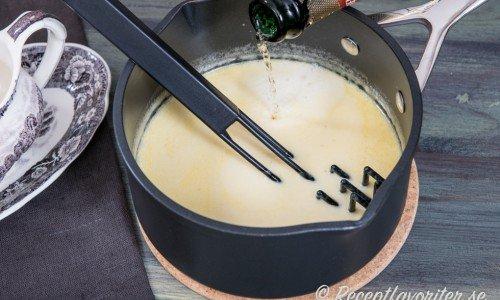 En vitvinssås toppad med champagne eller mousserande vin - här tysk Henkell Tocken.
