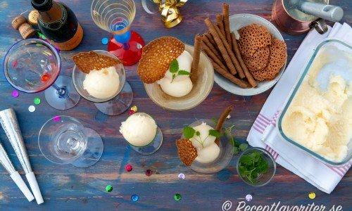 Champagnesorbet serverad i udda konstglas till fest