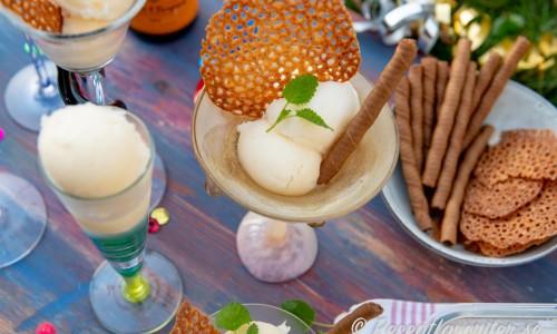 Lyxig och fin champagnesorbet i coupe glas med mandelflarn, glassrån med choklad och citronmeliss.
