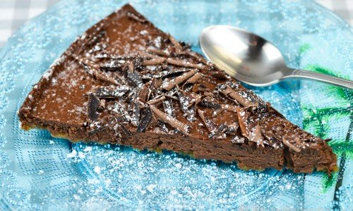 Cheesecake med choklad med lite florsocker pudrat över.