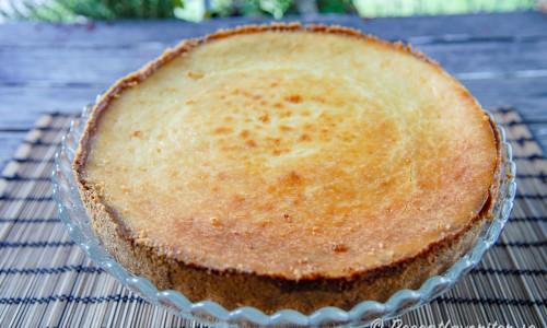 Cheesecake på fat redo att garneras