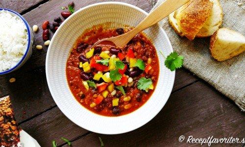 Chili con soja i tallrik med tillbehör