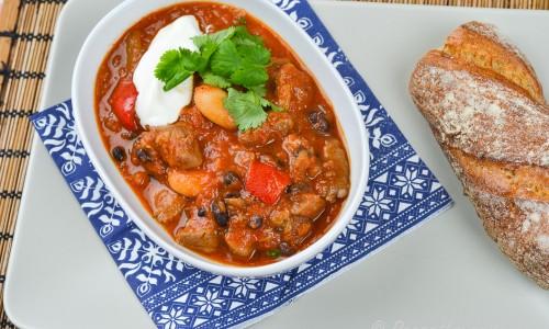 Chiligryta med viltkött garnerad med färsk koriander och en klick matyoghurt.