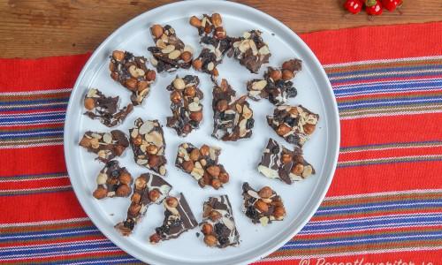 Chokladbräck med nötter på fat