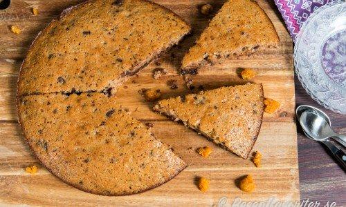 Choklad- och hjortronkakan är god som den är eller med lösvispad grädde.