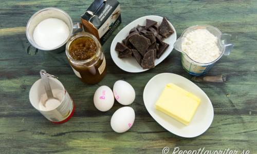 Ingredienser till choklad- och hjortronkakan.