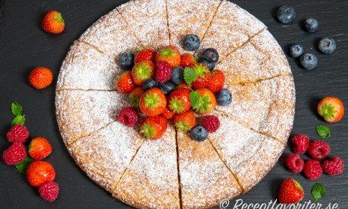 Chokladkladdkakan får smak av vit choklad. God med syrliga färska bär som jordgubbar, hallon och blåbär till.