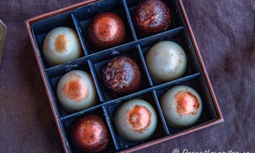 Chokladpralinerna i ask med andra praliner