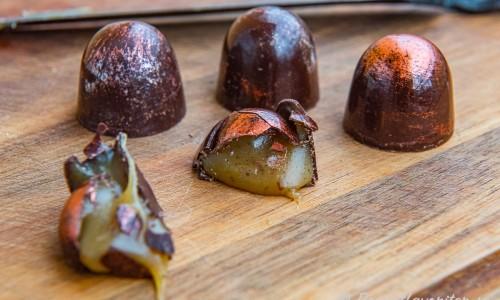 Mjuk kolafyllning i ett skal av mörk choklad passar mycket bra ihop.
