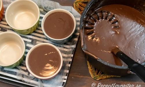 Chokladpuddingsmeten fördelas i portionsformar på 1 dl styck.