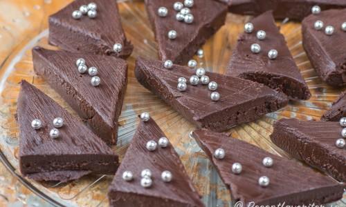 Chokladtryffel Dekadens i trianglar på fat