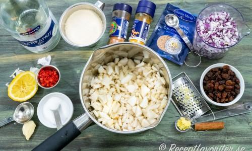 Ingredienser till jordärtskockschutneyn.