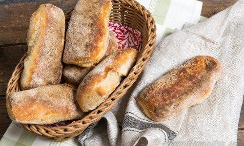 Ciabbatas kan du fylla eller värma med fyllning som pesto, mozzarella och skinka i mackgärn