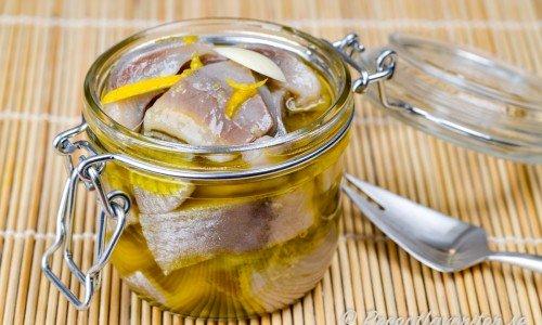 Citron och vitlökssill i en klar lag