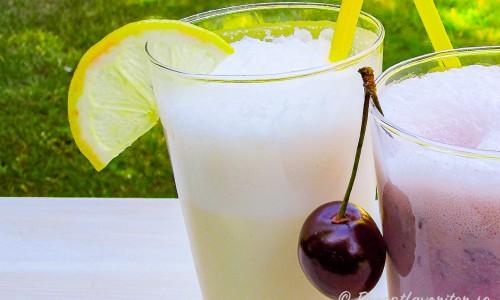 Citronmilkshake i glas garnerad med en skiva citron