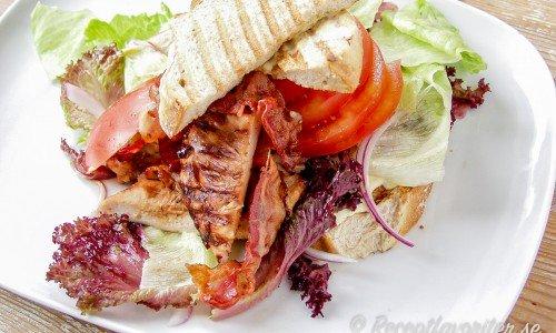 Club sandwich med grillad kyckling och bacon.