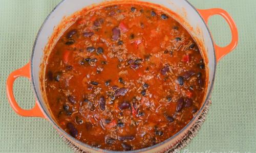 Koka en stor gryta chili con carne. Kan sparas till lunchlåda och frysas in.