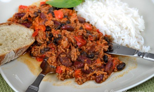 Servera chilin med enbart bröd eller med ris till också.