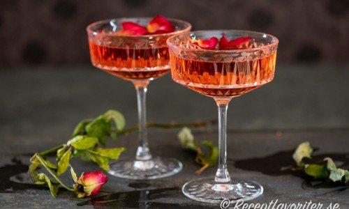 Två cocktails med rosévin, Triple Sec apelsinlikör, rosenvatten och soda.