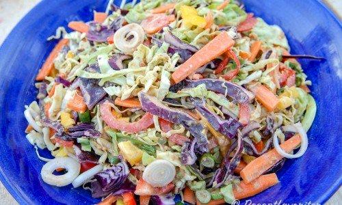 Asiatisk coleslaw i skål