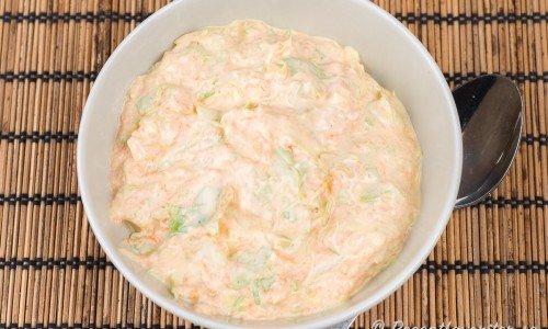 Coleslaw med spetskål och morot i skål