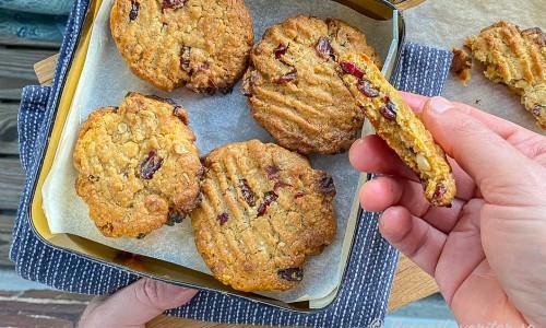 Cookies med vit choklad och tranbär i kakburk