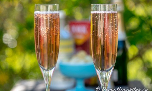 En variant på Cosmopolitan fast mousserande och läskande med bubbel som Champagne.