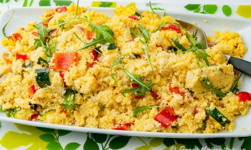 Couscoussallad med paprika och zucchini på fat