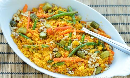 Couscoussallad blir fin och gul med lite saffran och god med grönsaker som gröna bönor och morötter samt nötter som valnötter.