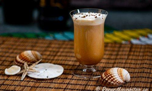 Kubanskt kaffe med mörk kubansk rom och chokladlikör toppad med vispad grädde och kaffepulver i glas.