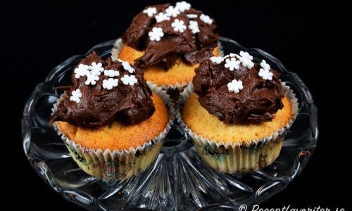 Chokladfrosting med stjärnor/snöflingor som strössel - passar till jul, sportlov eller vintertid.
