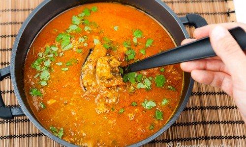 Currygryta med lammkött garnerad med färsk koriander. Lammkött passar mycket bra ihop med currysmaken.