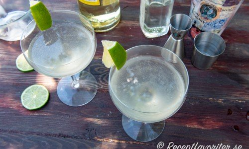 Servera en iskall läskande Daiquiri - en klassisk sötsur drink med ljus rom, lime och sockerlag.