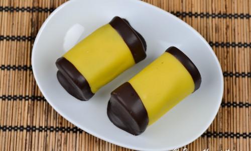 Dammsugarfyllningen kan du blanda av överbliven och torr sockerkaka eller muffins som blandas med smör, kakao, arrak eller punsch, vaniljsocker samt socker till en degig och god fyllning.