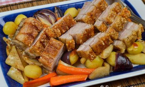 Skär upp steken och servera den på fat med rotfrukterna från ugnen.