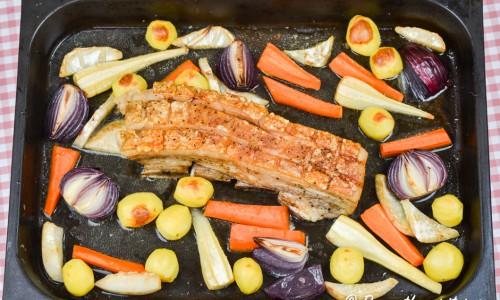 Fläsksteken med potatis, rotselleri, palsternacka, morot och rödlök. Stekskyn används till såsen.