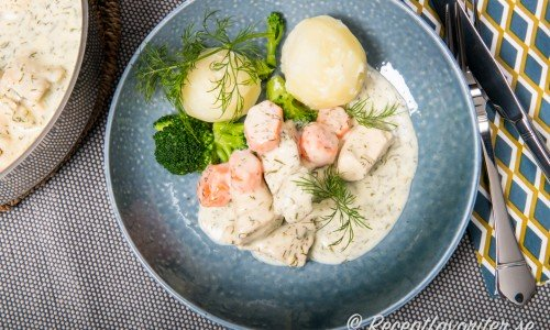 Kycklingdillkött är gott med kokt potatis och grönsaker som broccoli.