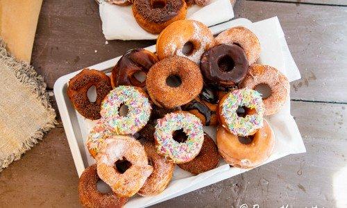 Hemgjorda munkar eller doughnuts på fat