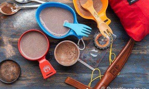 Blandad drickchoklad av hemgjort chokladpulver i kåsor på utflykt.