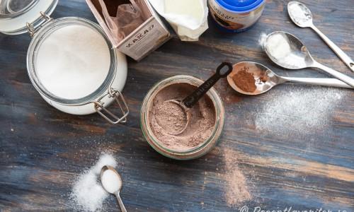 Ingredienserna till drickchokladpulvret: socker, kakao, mjölkpulver och vaniljsocker.