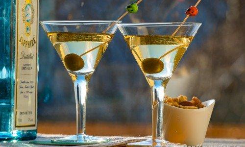 Dry Martini cocktails i martiniglas med oliv