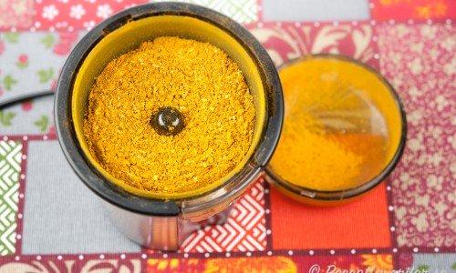 Gör eget currypulver av rostade kryddor du mixar i en kryddmixer.