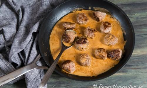 Ett tips är att hälla såsen över det du ska servera den med och koka ihop någon minut för mer smak. Kan serveras direkt ur pannan. Garnera gärna med lite hackad persilja.